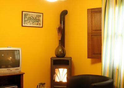 Salón con chimenea, casa rural beyo azul