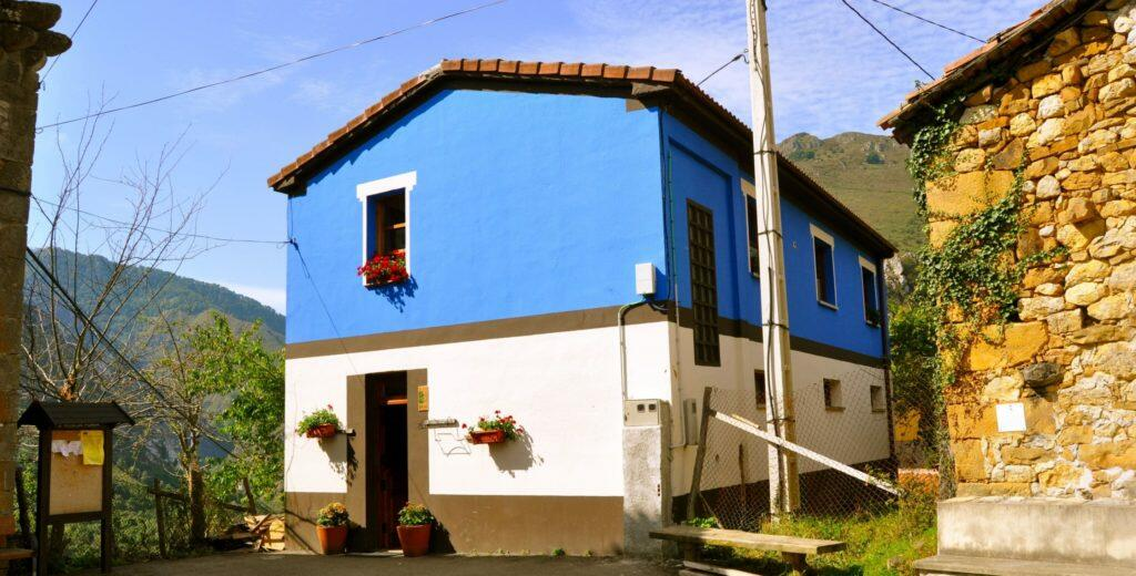 "Vista exterior de la casa rural con Jacuzzi ""Aguas del Parque de Ponga""."