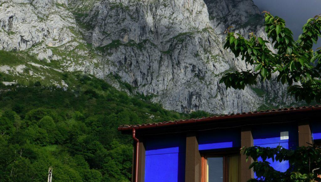 Casa rural con jacuzzi en las montañas. Taranes. Asturias.  Al fondo: la montaña de Taranes.