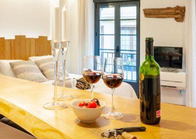 Loft en Oviedo detalle copas y botella vino.